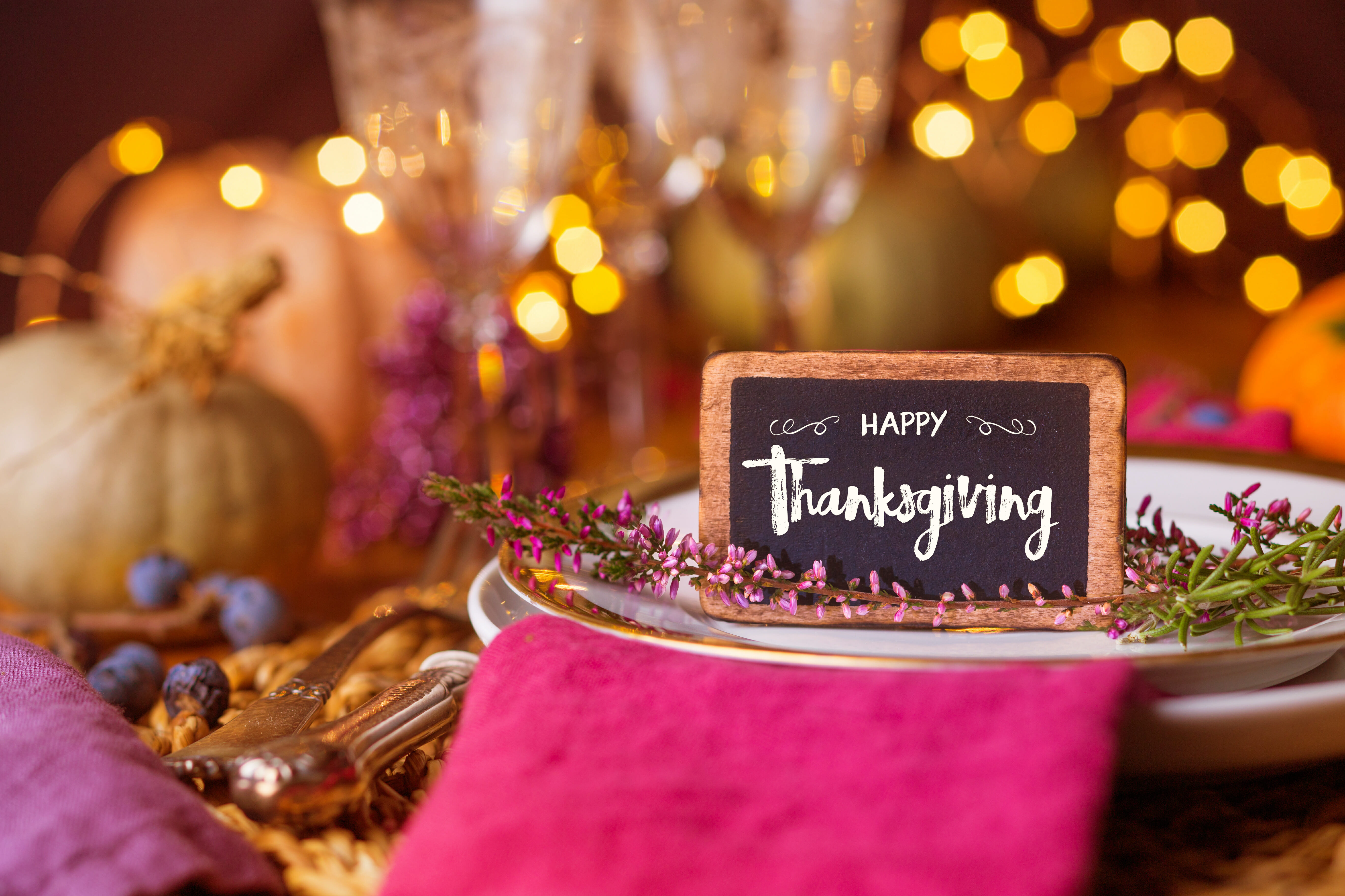 Autumn place setting  –  Beautiful decorated table  –  Chalk board with message HAPPY THANKSGIVING
